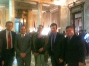 Com os Prefeitos (da esquerda para a direita) Alan Lacerda (PV), de Licínio de Almeida (BA); Antônio Marcos (PSC), de Casimiro de Abreu (RJ); Vinícius Farah (PMDB), de Três Rios (RJ), e a Vice-Prefeita Célia Sacramento (PV), de Sslvador (BA), no Senado Argentino